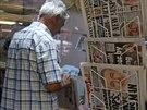 Muž v portugalském Praia da Luz prochází kolem novin s podobiznou možného pachatele únosu. (14. října 2013)