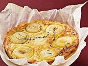 Slaný koláč plněný bramborami a cibulí