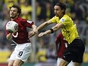 NESÁPEJ SE NA MĚ. Szabolcs Huszti z Hannoveru (vlevo) si chrání míč před Nevenem Suboticem z Dortmundu.