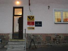 Skřipovská pošta v noci po vraždě, za oknem vpravo poštovní kancelář, kde byla žena zavražděna.