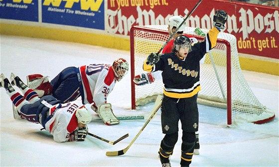 1994 - 1995. Jágr slaví svůj gól v síti Washington Capitals.