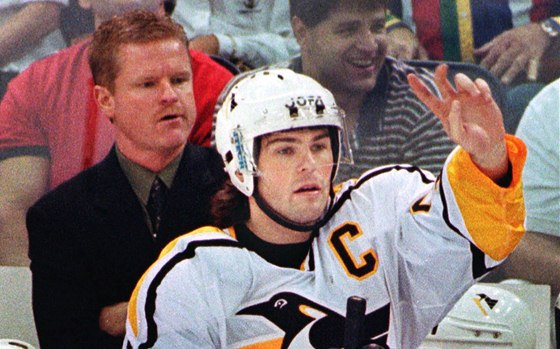 1998. Kapitán Pittsburghu Penguins Jaromír Jágr diriguje hru svých spoluhráčů.