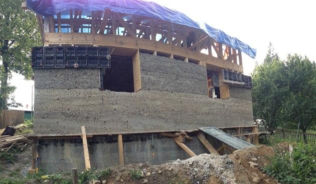 Pokud jsou na nosné dřevěné konstrukci připraveny rozvody elektřiny a vody,