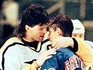 1999. Kanadská hokejová legenda Wayne Gretzky právě ukončil svou hráčskou kariéru. Na ledě se sním rozloučil i Jaromír Jágr. (18. dubna 1999)