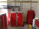 V koteln� bytov�ho domu jsou dv� tepeln� �erpadla 2 x 35,4 kW, akumula�n� n�doby a bojlery.