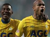 A JE TAM! Teplický Alves Freitas Santos Nivaldo (vpravo) slaví svůj gól, jenž rozhodl o porážce Plzně. Gratuluje mu Franci Litsingi.