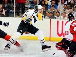 1995 - 1996. Hokejista Pittsburghu Penguins Jaromír Jágr při utkání s Philadelphií Flyers. (4. listopadu 1995)