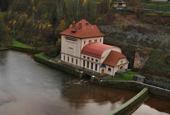 Budova vodní elektrárny pod přehradou Les Království je postavena v pozdně secesním slohu.