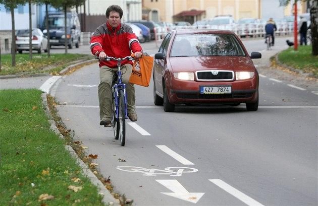 Ve smíšených pruzích v Uherském Hradišti auta míjejí cyklisty, kteří jim na...