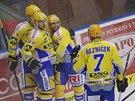 Radost zlínských hokejistů po vyrovnávacím gólu do sítě Pardubic, který vstřelil Petr Leška (uprostřed).