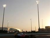 V EMIRÁTECH. Seriál mistrovství světa vozů formule 1 se pro další díl přesunul do Abú Zabí, takhle to vypadalo při kvalifikaci. Na trati vidíte mexického jezdce Sergia Pereze.