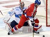 Český hokejista jakub Nakládal se pokouší překonat finského gólmana Niko Hovinena.
