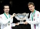 S MÍSOU. Radek Štěpánek a Tomáš Berdych pózují s trofejí pro vítěze Davis Cupu.
