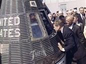 JFK nahlíží do kabiny Friendship 7, ve které astronaut John Glenn (vpravo) podnikl let na oběžnou dráhu Země (23. února 1962)