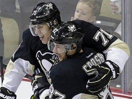 Sidney Crosby (vpravo) a Jevgenij Malkin slaví gól Pittsburghu.