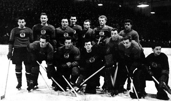 1954. Takhle vypadal tým Rudé hvězdy krátce po svém vzniku (nahoře třetí zleva Vlastimil Bubník, po jeho levici Slavomír Bartoň a Bronislav Danda).