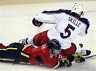 Jack Skille z Columbusu poslal na led Dennise Widemana z Calgary.