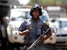 Policista hlídá v Johannesburgu okolí v den, kdy navštívil soud Radovan Krejčíř.