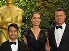 Angelina Jolie, Brad Pitt a jejich syn Maddox (16. listopadu 2013)