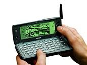 Nokia 9110i Communicator je pradědečkem smartphonů. Druhý v řadě (prvním byla Nokia 9000) ukázal koncem devadesátých let, že mobil je dobrý i na práci. Dnes je výbava přístroje úsměvná, ale tehdy nic lepšího a praktičtějšího neexistovalo. Oba displeje byly černobílé a data tekla rychlostí maximálně 14,4 kbps. Byl to špičkový přístroj a Nokia neměla v tomto směru konkurenci.