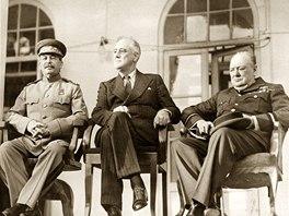 Sovětský vůdce Josef Stalin, americký prezident Franklin Delano Roosevelt a britský premiér Winston Churchill na konferenci v Teheránu (28. listopadu 1943)