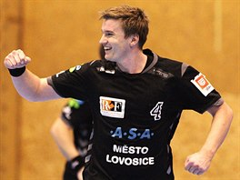 Lovosický házenkář Jan Landa se raduje z gólu v utkání s KP Brno.
