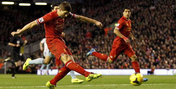 PÁLÍ GERRARD. Takhle vystřelil kapitán Liverpoolu Steven Gerrard v utkání proti West Hamu. On sám gól nedal, ale stejně se mohl se spoluhráči radovat z výhry 4:1.