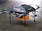 Amazon testuje létající drony. Stroje, které trochu připomínají helikoptéru nebo vznášedlo doručí balíček do 16 kilometrů.