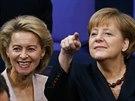 Angela Merkelová a budoucí ministryně obrany Ursula von der Leyenová (17. prosince 2013)
