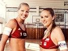 Pl�ov� volejbalistky Mark�tu Slukov� (vlevo) a Krist�na Kolocov� v kalend��i Sport Investu