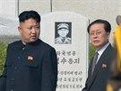 Snímek z června 2013 zachycuje severokorejského vůdce Kim Čong-un a jeho strýce Čang Song-tcheka během návštěvy hřbitova účastníků Korejské války v Pchjongjangu.