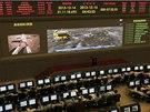 Cestu Nefritového králíka sledují v pekingském vesmírném středisku desítky vědců. Na velkoplošné obrazovce sledují vlevo přímý přenos z Měsíce, vpravo počítačovou animaci. (15. prosince 2013)