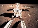Přistávací modul vyfotografoval Nefritového králíka, když sjížděl na povrch Měsíce. (15. prosince 2013)