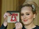 Zpěvačka Adele dostala Řád britského impéria (19. prosince 2013).