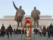 Sousoší zakladatele KLDR Kim Ir-sena a jeho syna Kim Čong-ila na návrší Mansude obklopily květiny (Pchongjang, 17. listopadu 2013)