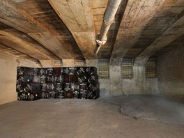 "P�vodn� zaji�t�n� komor z roku 1944. Jeden v�ze�, kter� se pod�lel na prac�ch, vyryl sv� jm�no do bedn�n�. Je vid�t na strop� vedle ""roury""."