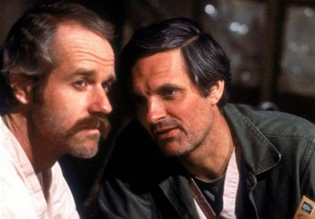 Mike Farrell a Alan Alda v televizním seriálu M.A.S.H.