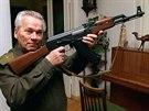 Michail Kalašnikov na fotografii z roku 1997 předvádí pušku, která ho celosvětově proslavila. Zemřel 23. prosince 2013