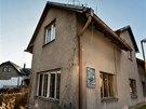 Rodný dům Jana Palacha ve Všetatech chátrá. Kolemjdoucí mohou na fasádě vidět malou pamětní desku.