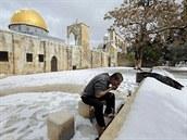 Palestinsk� muslim se chyst� k modlitb� u Skaln�do d�mu na Chr�mov� ho�e.