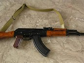 Kalašnikov AKM s pevnou pažbou pro motostřelecké jednotky