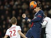 HLÍDÁNÍ HVĚZDY. David Rozehnal z Lille (vlevo) střeží Zlatana Ibrahimovice z Paris St. Germain.