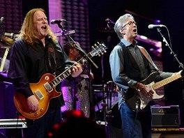 Warren Haynes (vlevo) je pravidelným hostem festivalu Crossroads, který pořádá Eric Clapton