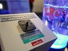Nositelná elektonika p�ímo volá po miniaturizaci. �erný objekt na snímku je...
