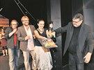 Ředitel Klicperova divadla v Hradci Králové Ladislav Zeman křtí v březnu 2009 album chystaného muzikálu Ještěři, vlevo je režisér David Drábek, na kraji skladatel Darek Král.
