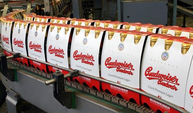 Balírna Bud�jovického Budvaru:  Hotové 6-packy le�áku Budweiser Budvar na pásu