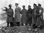 Gener�lplukovn�k Ritter von Leeb ukazuje Hitlerovi zni�en� objekt lehk�ho opevn�n� po obsazen� Sudet. D�stojn�k v pop�ed� vpravo je plukovn�k G�nther Blumentritt, �erstv� pov�en do hodnosti plukovn�ka gen. �t�bu. Sn�mek byl po��zen 20. ��jna 1938.