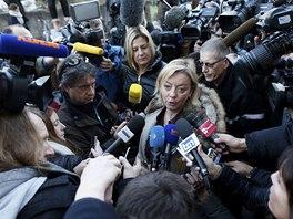 Sabine Kehmová odpovídá reportérům.