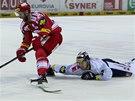 MARNÝ POKUS. Liberecký Michal Bulíř se snaží přerušit další útok Třince.