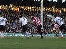 NÁPŘAH... A GÓL. Adam Johnson (druhý zprava) ze Sunderlandu se proti Fulhamu prosadil střelou z dálky.